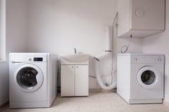 在洗衣店的自动洗衣机 免版税图库摄影