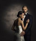 在黑衣服和白色礼服、富人和时尚妇女的夫妇 免版税库存照片
