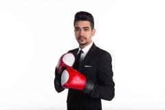 在黑衣服和红色拳击手套的年轻商人 免版税库存图片