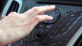 在仪表板的汽车收音机 影视素材