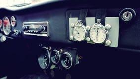 在仪表板的美丽的原始的时钟在葡萄酒汽车 Vintag 库存照片