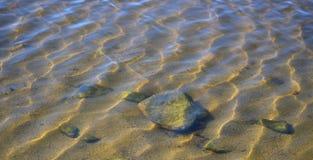 在水表面下的岩石 图库摄影