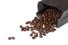 在黑袋子的咖啡豆 免版税库存图片