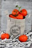 在黄麻袋子的有机蕃茄 免版税库存照片