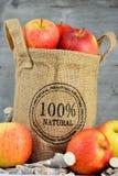 在黄麻袋子的100个procent自然苹果 库存图片