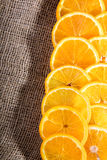 在黄麻袋子的水多的橙色切片 免版税库存图片