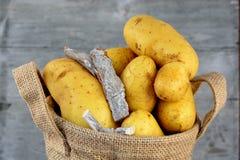 在黄麻袋子的黄色土豆 免版税库存图片
