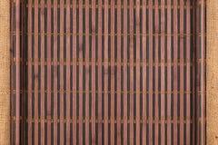 以在麻袋布的一个原稿的形式竹席子扭转了 库存图片