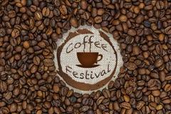 在麻袋布的几咖啡豆 库存图片