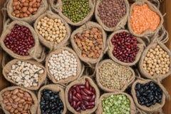 在麻袋布的各种各样的五颜六色的干菜 免版税库存图片