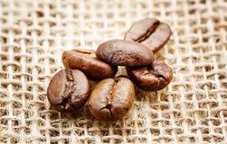在麻袋布的宏观咖啡豆 库存照片