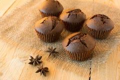 在麻袋布的巧克力松饼 库存图片