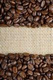 在麻袋布的烤咖啡豆 库存照片