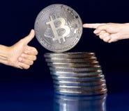 在-被稳定的蓝色背景的隐藏bitcoin 免版税库存照片