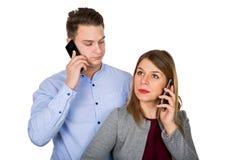 在-被隔绝的电话的年轻夫妇 免版税库存图片
