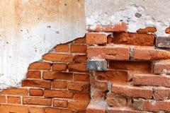 在崩裂混凝土墙的Bricknogging 库存照片