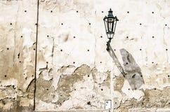 在破裂的墙壁上的灯笼 图库摄影