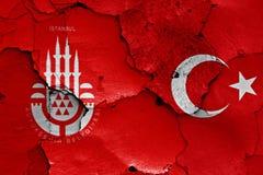 在破裂的墙壁上绘的伊斯坦布尔和土耳其旗子 免版税库存照片