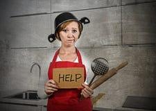 在围裙和烹调罐迷惑和挫败的家庭厨师妇女作为盔甲请求帮忙 免版税库存图片