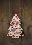 在黑褐色木backgrou的手工制造和被雕刻的圣诞树 库存图片