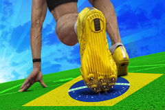 在巴西横幅的赛跑者开始 免版税库存图片