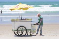 在巴西海滩的自动贩卖机推车 免版税库存图片