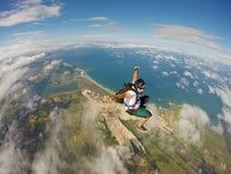 在巴西海滩的令人惊讶的Skydiving 免版税库存图片