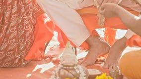 在主要婚礼仪式行动以后的新郎重复 股票视频