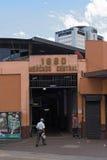 在主要市场的入口的前面两个人在街市圣何塞,哥斯达黎加 库存图片