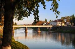 在主要河上的桥的看法Uzh 库存照片