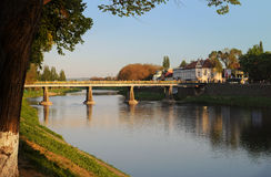 在主要河上的桥的看法Uzh 免版税库存图片