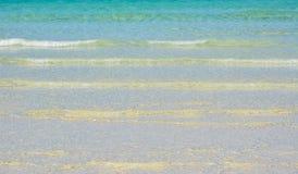 在主要海滩的岸的波浪在博拉凯 免版税库存照片