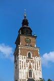 在主要集市广场的城镇厅塔在克拉科夫在蓝天背景的波兰 库存照片