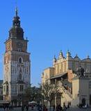 在主要集市广场的城镇厅塔在克拉科夫,波兰 免版税图库摄影