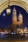 在主要集市广场附近的Mariacki教会 克拉科夫, Pola 免版税库存照片