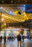 在主要,德国- 11月01,2016的FRAKFURT :商人在夜城市看 免版税库存照片