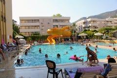 在主要水池的水滑道在Kleopatra海滩旅馆阿拉尼亚,土耳其里 库存照片
