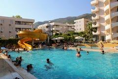 在主要水池的水滑道在Kleopatra海滩旅馆阿拉尼亚,土耳其里 免版税库存图片