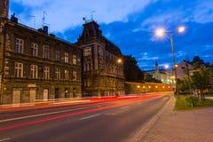 在主要Zamkowa街道上的夜视图有老经济公寓住宅的 免版税图库摄影