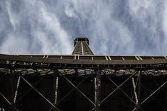 在巴黎视图的埃佛尔铁塔从下面 免版税库存图片