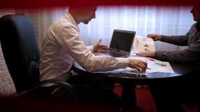 在统计的配合与图表 企业生意人cmputer服务台膝上型计算机会议微笑的联系与使用妇女 影视素材