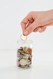 在建议一个充分的瓶子的硬币家庭储蓄 免版税图库摄影
