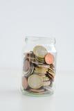 在建议一个充分的瓶子的硬币家庭储蓄 库存照片
