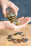 在建议一个充分的瓶子的硬币家庭储蓄 免版税库存图片