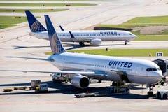 在活跃舷梯的飞机在IAH机场 免版税库存图片
