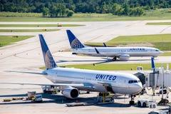 在活跃舷梯的飞机在IAH机场 免版税库存照片
