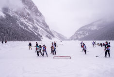 在冻路易丝湖的冰球在班夫 库存照片