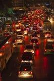 在主路的交通堵塞在曼谷在晚上 免版税库存照片