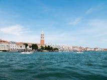 在水路的小船在威尼斯,意大利 免版税库存照片