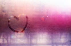 在满身是汗的玻璃的题字-爱和心脏 St华伦泰` s日 免版税库存照片